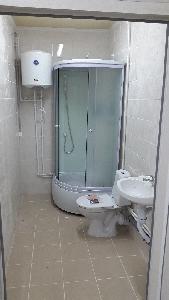 Душ и туалет в бане бытовке